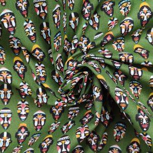 Coton fond vert imprimé masques tribaux