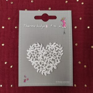 Badge écusson thermocollant coeur fleuri blanc